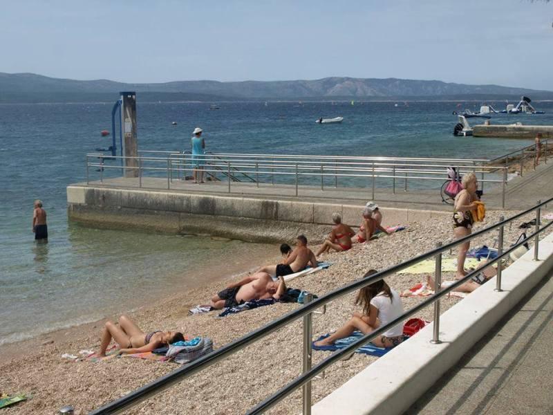9bbca4e4ee9e4 Pláže Jadranského mora v Chorvátsku sú doslova posiate rampami alebo  stoličkovými výťahmi pre klientov na invalidnom vozíku. Patrí už k bežnému  štandardu, ...